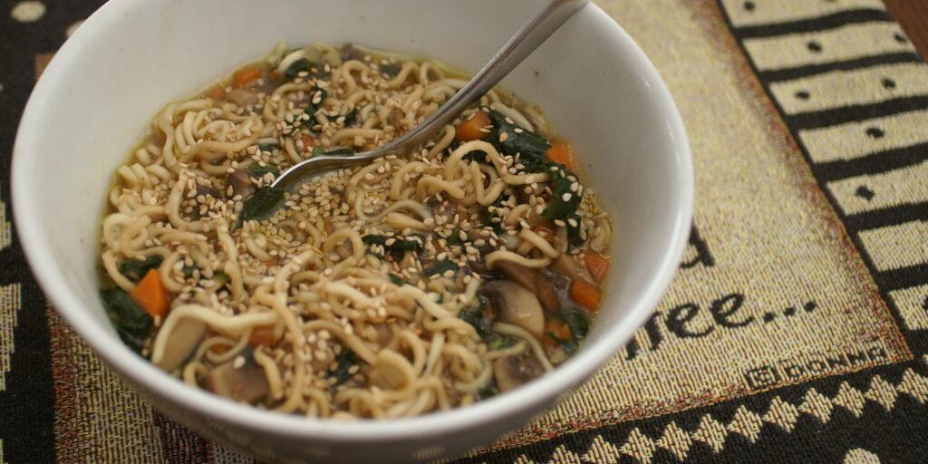 Miso-Suppe mit Palmkohl und Sesam
